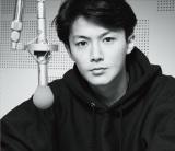 福山雅治が弾き語りカバーアルバム『魂リク』のジャケット写真を公開(写真は初回限定盤)