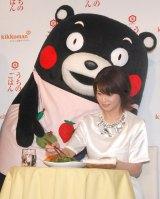 くまモンから熊本野菜を使った手料理を振る舞われる森高千里 (C)ORICON NewS inc.