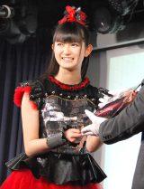 『第7回CDショップ大賞2015授賞式』で大賞の楯を授与され笑顔を見せるBABYMETALのSU-METAL (C)ORICON NewS inc.