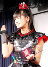 『第7回CDショップ大賞2015授賞式』でSEE YOU!ポーズを見せたBABYMETALのSU-METAL (C)ORICON NewS inc.