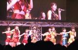 Berryz工房×℃-uteの『甘酸っぱい春にサクラサク』を元気いっぱいに歌った。(C)De-View