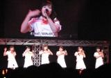 メジャーデビューシングル『恋泥棒』を披露するカントリー・ガールズ。(C)De-View