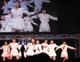 1stシングル『念には念』をパフォーマンスする、こぶしファクトリー。(C)De-View