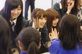 2015年3月11日 岩手県釜石市を訪問したAKB48(写真中央は高橋みなみ) (C)AKS