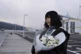 2015年3月11日 岩手県宮古市を訪れ献花を行うAKB48(写真は横山由依)(C)AKS