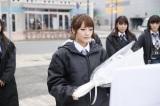 2015年3月11日 岩手県釜石市を訪問したAKB48(写真手前は高橋みなみ)(C)AKS