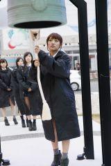 2015年3月11日 岩手県釜石市を訪問したAKB48(写真手前は高橋みなみ) (C)AKS