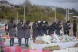 2015年3月11日 宮城県石巻市を訪れたAKB48の黙祷の模様(C)AKS