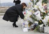 2015年3月11日 宮城県南三陸町を訪れたAKB48の献花の模様(写真は柏木由紀)(C)AKS