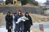 2015年3月11日 福島県相馬市を訪れたAKB48の献花の模様(写真手前は小嶋陽菜)(C)AKS
