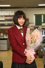 初主演ドラマ『学校のカイダン』のクランクアップを迎えた広瀬すず (C)日本テレビ