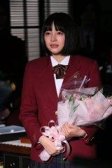 共演者、スタッフから花束を受け取る広瀬すず(C)日本テレビ