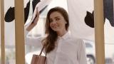 世界的トップモデルのミランダ・カーがとんかつを頬張る