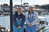ドラマ『流星ワゴン』で俳優デビューした野球解説者の北別府学氏(右)と主演の西島秀俊(左)(C)TBS