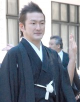 報道陣に指輪を披露する中村獅童 (C)ORICON NewS inc.