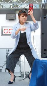 がに股でゲームに挑戦する鈴木奈々 =『auからの挑戦状「コール研究所の謎を解明せよ」』イベント (C)ORICON NewS inc.