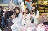 日本テレビ『AKB48 旅少女』(毎週土曜 深0:55※関東ローカル)で路線バス旅に挑戦する(左から)木崎ゆりあ、川栄李奈、西野未姫