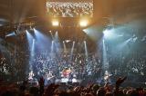 1万3000人のファンにぐるりと囲まれたステージで千秋楽を迎えた