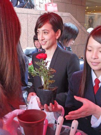 生徒たちが大切に育ててきた「命の花」を配布する滝川クリステル