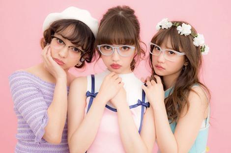 サムネイル 『LARME』コラボメガネ第2弾が登場!(左から)西もなか、中村里砂、AKB48永尾まりや
