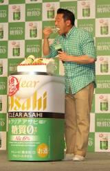 『クリアアサヒ 糖質0』新CM発表会でサプライズのバースデーケーキを頬張る山口智充 (C)oricon ME inc.
