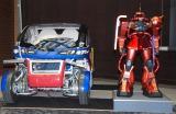 (左から)大河原氏デザインの超小型電気自動車「マキナ」、右はシャア専用ザクの模型 (C)ORICON NewS inc.