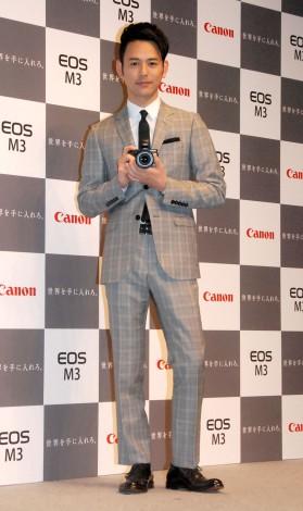ミラーレスカメラを持った妻夫木聡