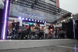 """謎のバンド""""五五七二三二〇""""こと私立恵比寿中学が新宿アルタ前で演奏 (C)ORICON NewS inc."""