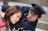 主人公の美香(内山理名)は、ある日、バイクにひかれそうになったところを警備員:榎戸(岡田義徳)に助けられる