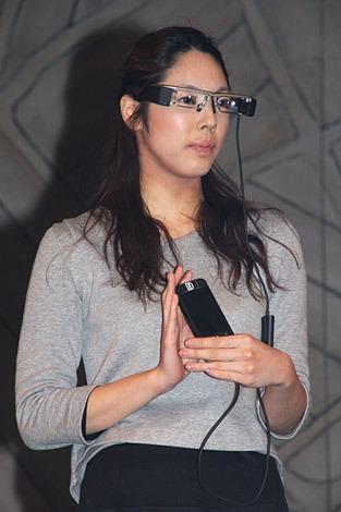 多言語字幕対応メガネを着用した女性(C)De-View