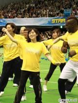 「ダンシング玉入れ」に挑戦中の草なぎチーム(写真左から)壮一帆、キャイ〜ン、NMB48山本彩・渡辺美優紀、ボビー・オロゴン