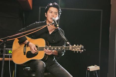 ギターを持って歌う福山雅治