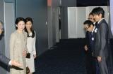 映画『風に立つライオン』を鑑賞された秋篠宮妃殿下、佳子内親王殿下を見送る(右奥から)三池崇史監督、さだまさし、大沢たかお