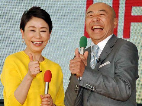(左から)MCを務めるフジテレビ『直撃LIVEグッディ!』の番組ポーズを決める安藤優子、高橋克実 (C)ORICON NewS inc.