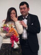 3月2日にサプライズプロポーズで正式に婚約した(左から)椿鬼奴、グランジ佐藤大(C)日本テレビ