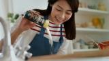"""自らも料理好きの相武紗季が""""気になる彼""""に手料理を振る舞う=CM『パルメで、おうちデリ 春』篇"""