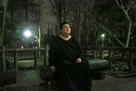 マツコ・デラックスがスタジオを飛び出し、夜の街へ。『夜の巷を徘徊する』4月2日スタート(C)テレビ朝日