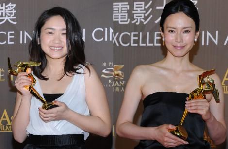 『第9回アジア・フィルム・アワード』でトロフィーを受け取った(左から)池脇千鶴、中谷美紀