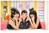 テレ朝動画のオリジナル番組『シノ×バニ』でタッグを組む篠原ともえ(中央)とバニラビーンズ(左がレナ、右がリサ)