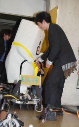 田辺誠一が引っ張る台車に乗って登場したもっちー=『かっこいい犬。パーフェクトBOOK』(ぴあ)発売記念イベント (C)ORICON NewS inc.
