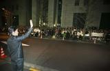リスナーの出迎えに手を振って応える福山雅治