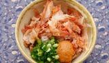 たっぷりのかつお節とみそを入れ、お湯を注ぐだけ! 沖縄の家庭の味「かちゅー湯」 ※写真提供:ヤマキ