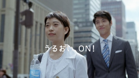 back numberが『ポカリスエット イオンウォーター』新CMソングを担当(左から森川葵、賀来賢人)