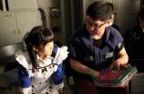 高橋栄樹監督はアリスの絵本を片手に演技指導(C)AKS