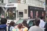 多くの人たちが渋谷に登場したマツコロイドを撮影する