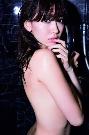 サムネイル セクシーなシャワーシーンも披露している小嶋陽菜/写真集『どうする?』(宝島社)