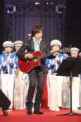 母校・近畿大の校歌斉唱に合わせてギターを弾くつんく♂