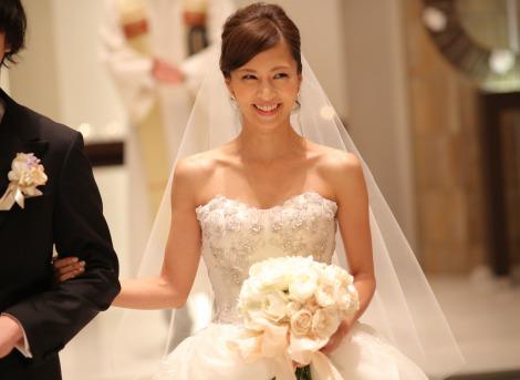 サムネイル 下鳥直之氏と挙式し、純白のウェディングドレス姿で笑顔を見せる安田美沙子