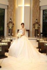 下鳥直之氏と挙式し、純白のウェディングドレス姿で笑顔を見せる安田美沙子