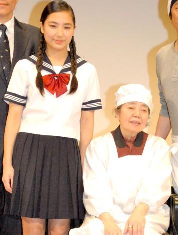 孫娘、内田伽羅(左)と共演した樹木希林(右)=映画『あん』の完成披露試写会 (C)ORICON NewS inc.